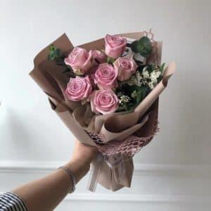 Букет розовых роз с зеленью