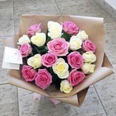 15 белых и лиловых роз