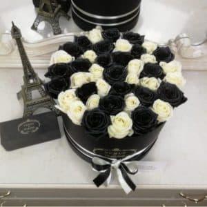 Черные и белые розы в коробке