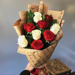 9 красных и белых роз