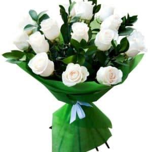 15 белых роз с рускусом
