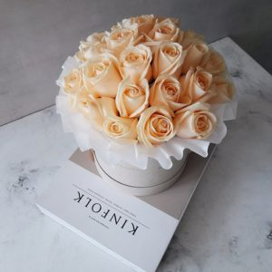 Пионовидные розы Анджи Романтика в белой коробке