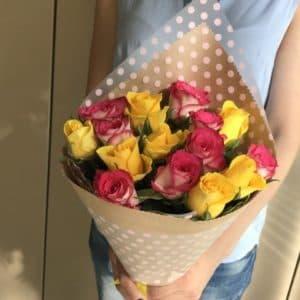 15 желтых и розовых роз