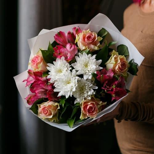 Букет с розами, альстромериями и хризантемой