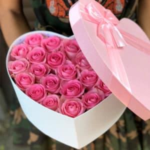 Розовые розы в коробке в виде сердца