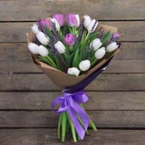 25 белых, лавандовых и фиолетовых тюльпанов