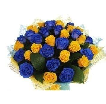 Букет синих и желтых роз с зеленью
