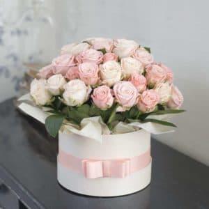 Розовые и белые пионовидные розы в коробке