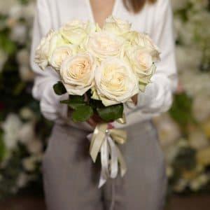 9 пионовидных белых роз