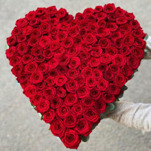 101 красная роза в виде сердца