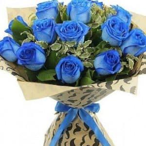 Букет синих роз с зеленью