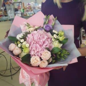 Букет эустом с кустовыми розами и гортензией