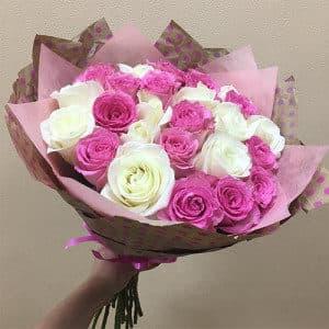 25 белых и лиловых роз
