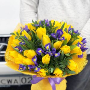 Букет ирисов и желтых тюльпанов