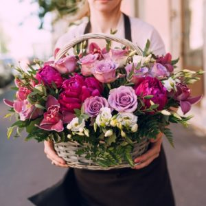 Корзина с розами, пионами, орхидеями и другими цветами