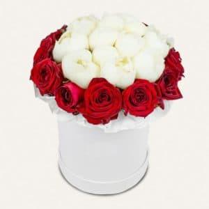 Белые пионы и красные розы в шляпной коробке