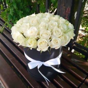 Белые розы в средней черной коробке