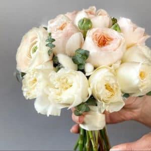 Букет пионовидных роз и лагуруса