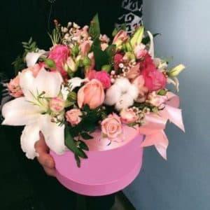 Коробка с лилиями, розами и экзотикой