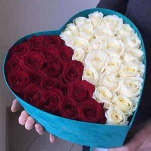 Красные и белые розы в коробке в виде сердца