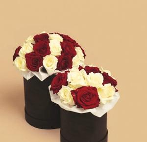 Белые и красные розы в маленькой и средней черной коробке
