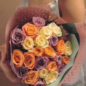 25 белых, лиловых и персиковых роз