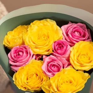 9 желтых и розовых роз