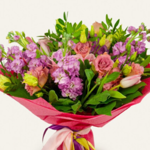 Букет из розовых роз, эустомы, матиолы и тюльпанов