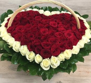 Корзина с 101 красной розой в виде сердца