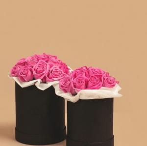 Розовые розы в маленькой и средней черной коробке