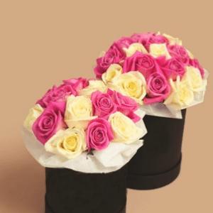 Белые и розовые розы в маленькой и средней черной коробке