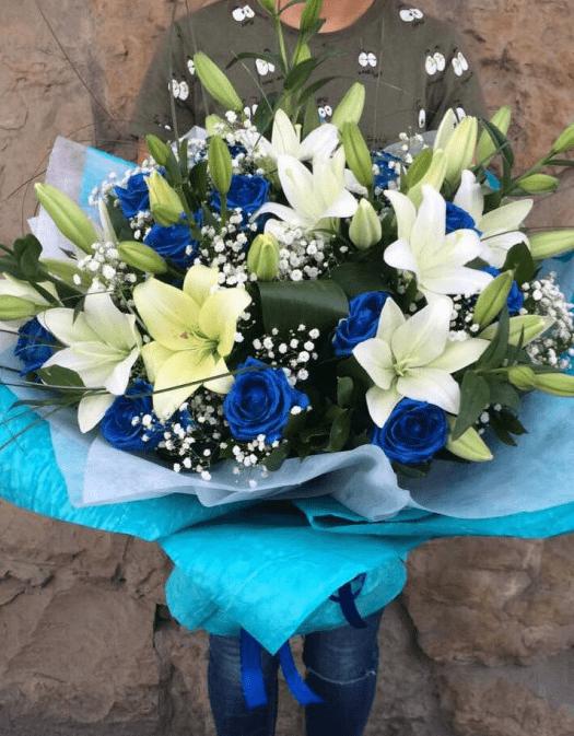 Букет с лилиями и синими розами
