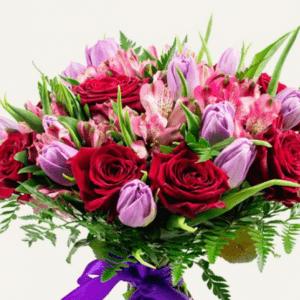 Букет алых роз с альстромериями и тюльпанами
