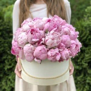 39 розовых пионов в коробке