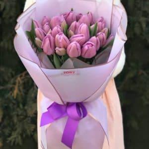 Букет 25 лиловых тюльпанов