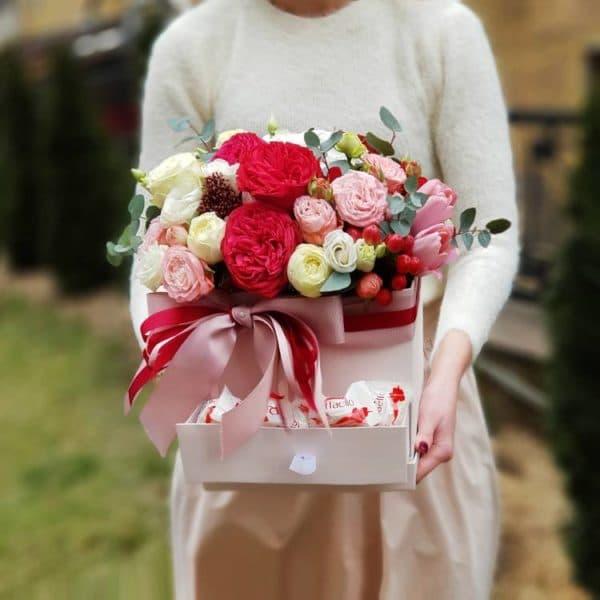 """Цветы в коробке со сладостями """"Аромат счастья"""" с доставкой"""