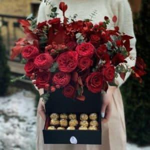 """Цветы в коробке со сладостями """"Красота в тебе"""""""