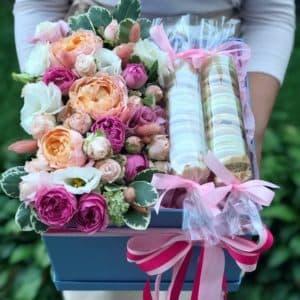 """Цветы в коробке со сладостями """"Влюбленность"""""""