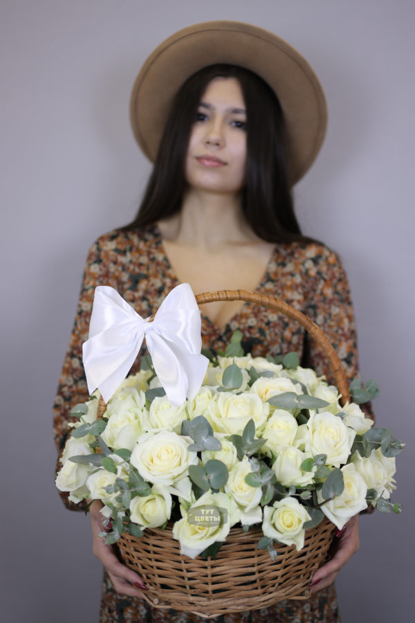 51 белая роза в корзине
