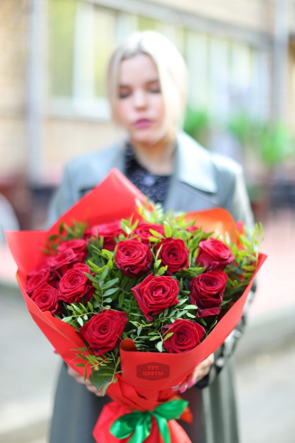 """Цветы с доставкой """" 19 красных роз с фисташкой"""""""