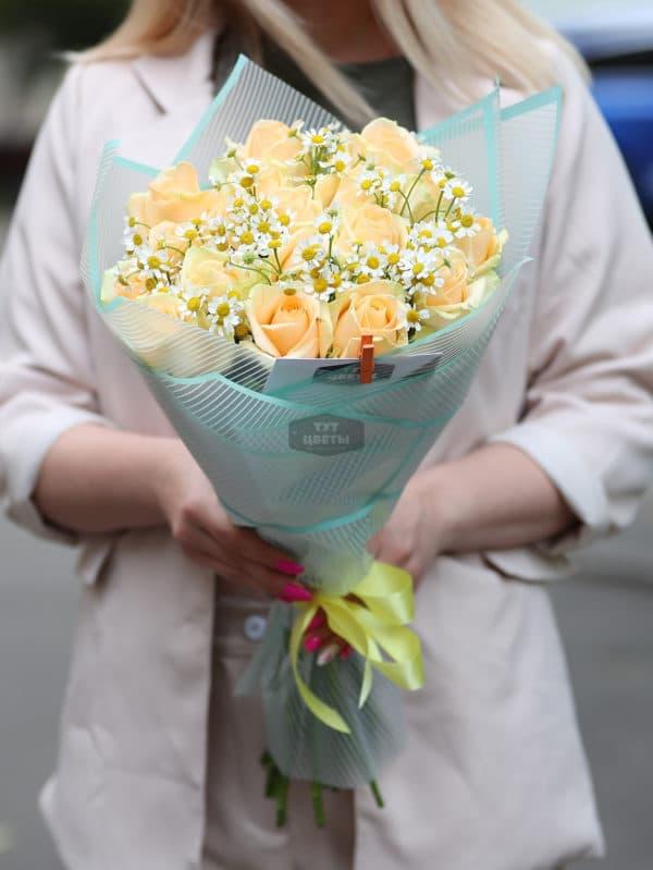 Букет из кремовых роз и ромашки