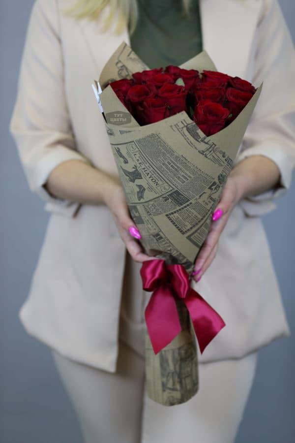 """Доставка цветов """"15 красных розoчek в крафте"""""""