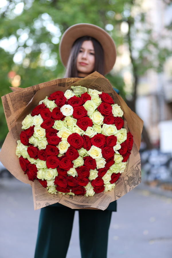 101 красно-белая роза микс премиум