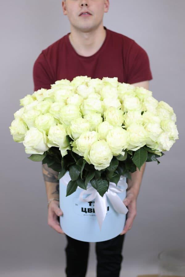 75 белых роз Эквадор в коробке