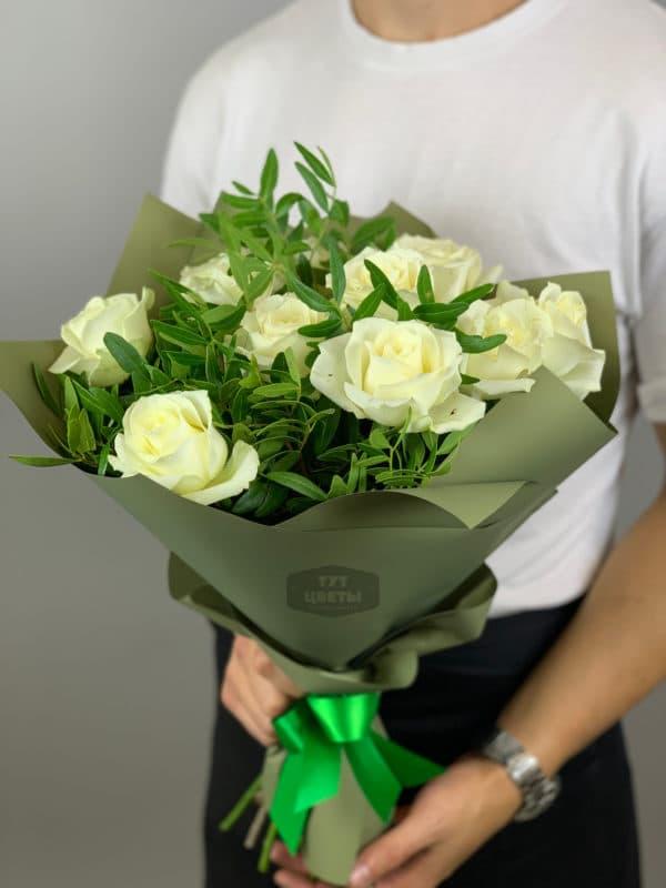 11 роз белых с писташ