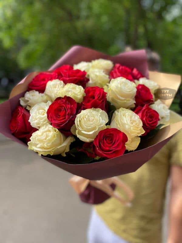 25 красно - белых импортных розочек в красивой упаковке в Москве