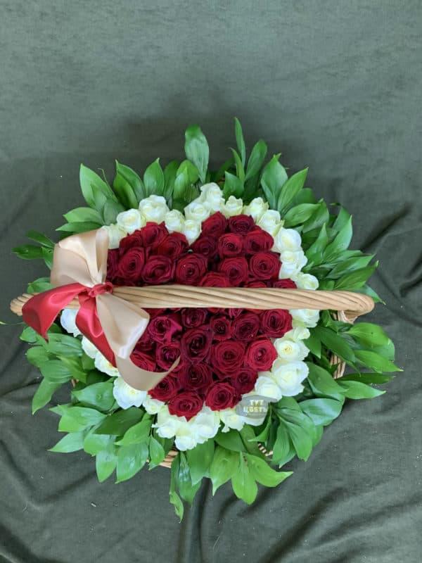 Сердце из 51 красной и белой розы в корзине