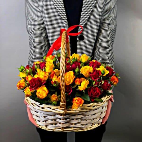 Корзина из 21 кустовых роз