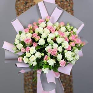 17 кустовых роз бело-розовые