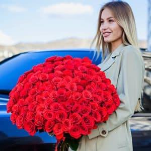 101 алая роза 50 см с большими бутонами